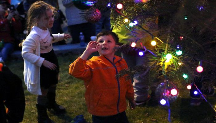 PEABODY — It took a few tries but the giant tree in front of City Hall finally lit up on Saturday night after hundreds of people counted down from 10 three times.